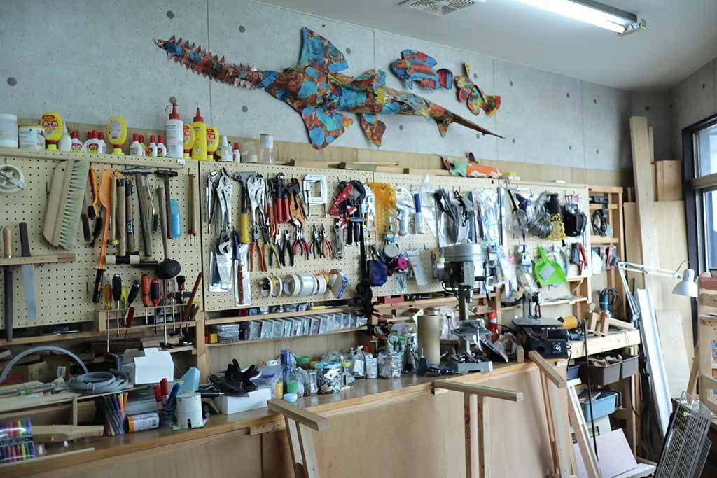 壁一面に工作道具が飾られた梶ヶ谷工作倶楽部
